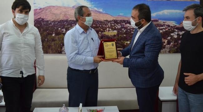 TÜRŞAD'TAN, Gürsoy'a Plaket