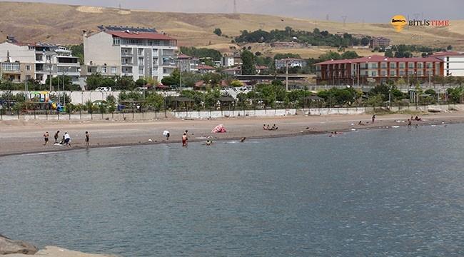Ahlat Sahil Plajında Vatandaşlar Van Gölü'nün Keyfini Çıkardı
