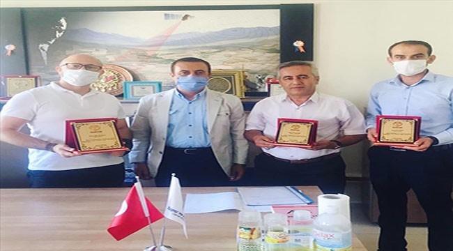 Başkan Cezail Aktaş'tan Tapu Müdürlüğüne Plaket Takdimi
