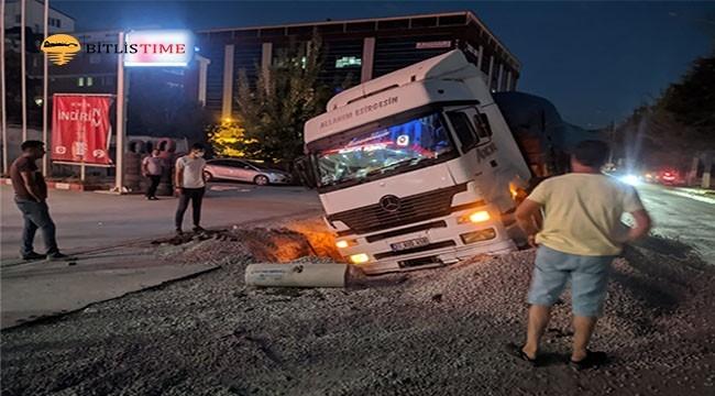 Tatvan'da Kuyuyu Fark Edemeyen Tır Devrildi