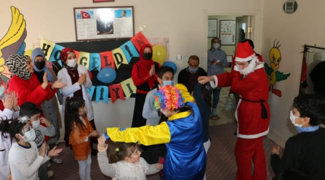 Bitlis Belediyesi Özel Çocuklara Palyaço Gösterisi Sundu