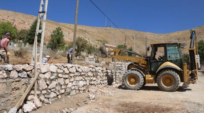 Bitlis'te Mezarlık Etrafı Taş Duvarla Örülüyor